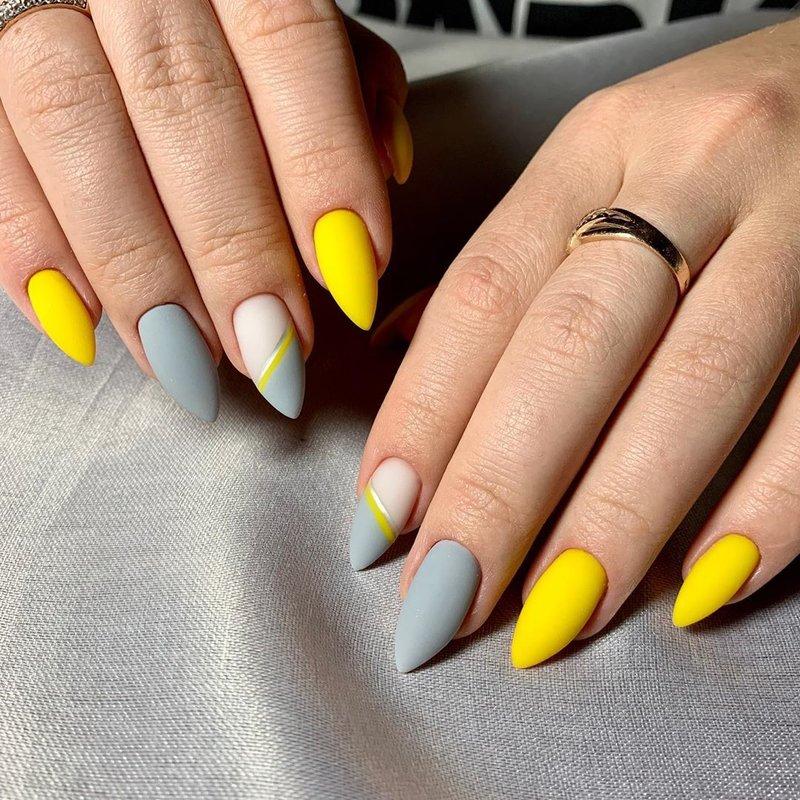 Серо-желтый матовый маникюр