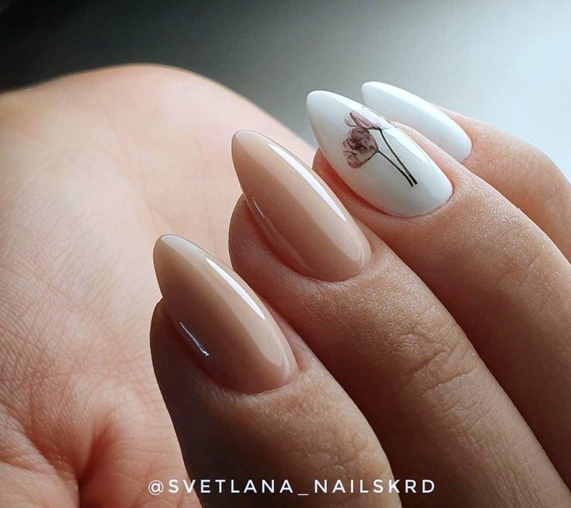 Бежевые ногти с белым