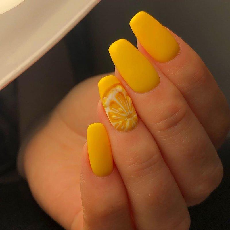 Маникюр с лимоном