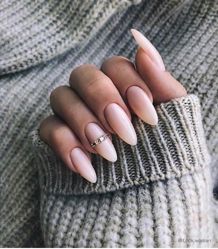 Полоска из камней на ногте
