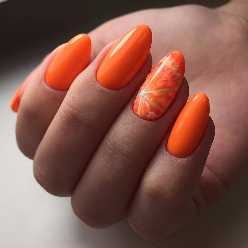 Оранжевый маникюр с апельсином