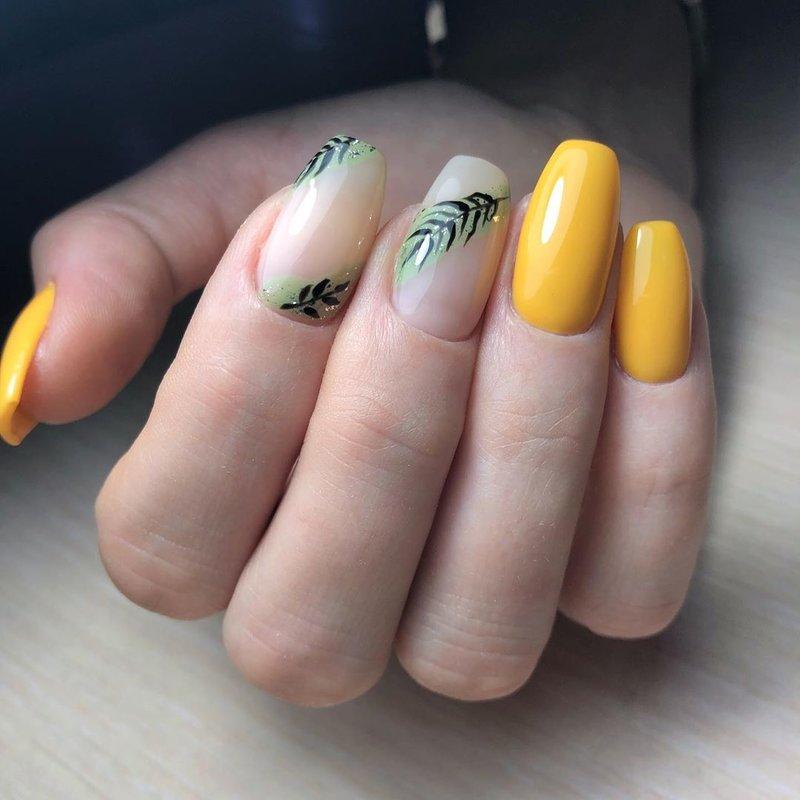 Насыщенный желтый лак и тропический дизайн