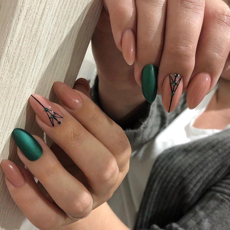 Нюдовые ногти с изумрудным оттенком