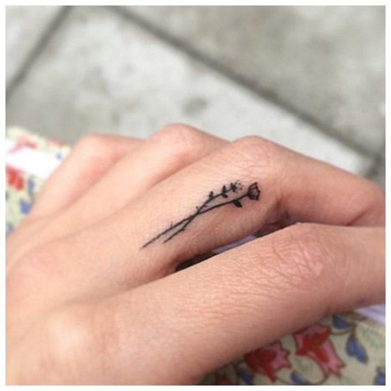 Маленькая татуировка на пальце