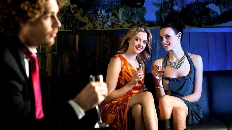 Две девушки обсуждают парня