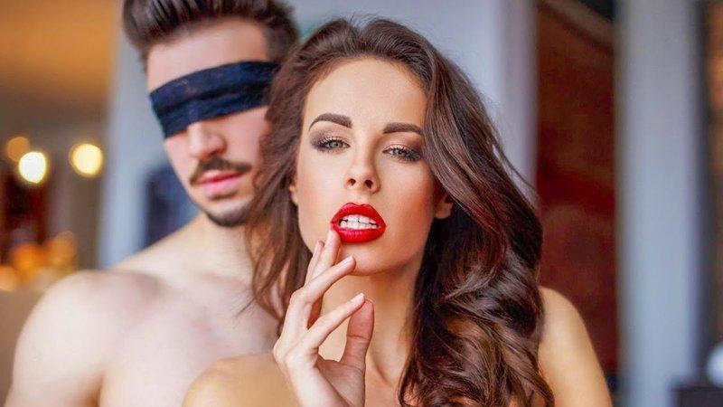 Женщина и мужчина с завязанными глазами