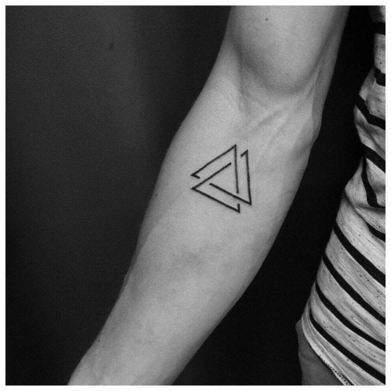 Тату с двумя треугольниками