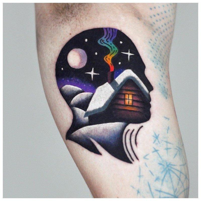 Необычная цветная татуировка на сгибе локтя