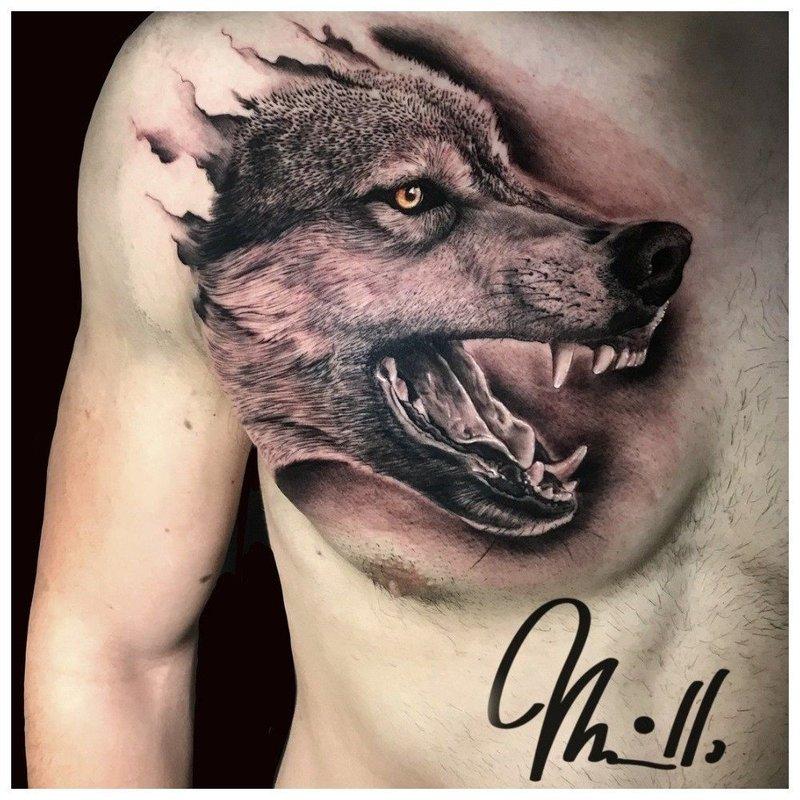 Оскал волка - тату на груди мужчины