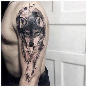Крадущийся волк - тату мужчине на руку