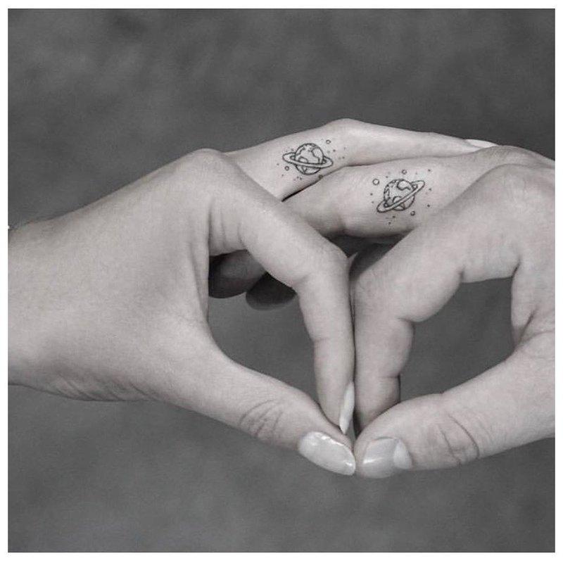 Надпись на пальце - тату