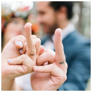 Тату на пальце в виде кольца
