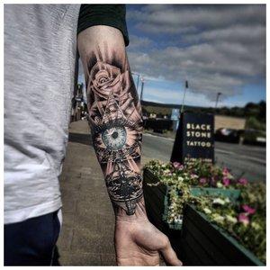 Загадочное тату на руку парню