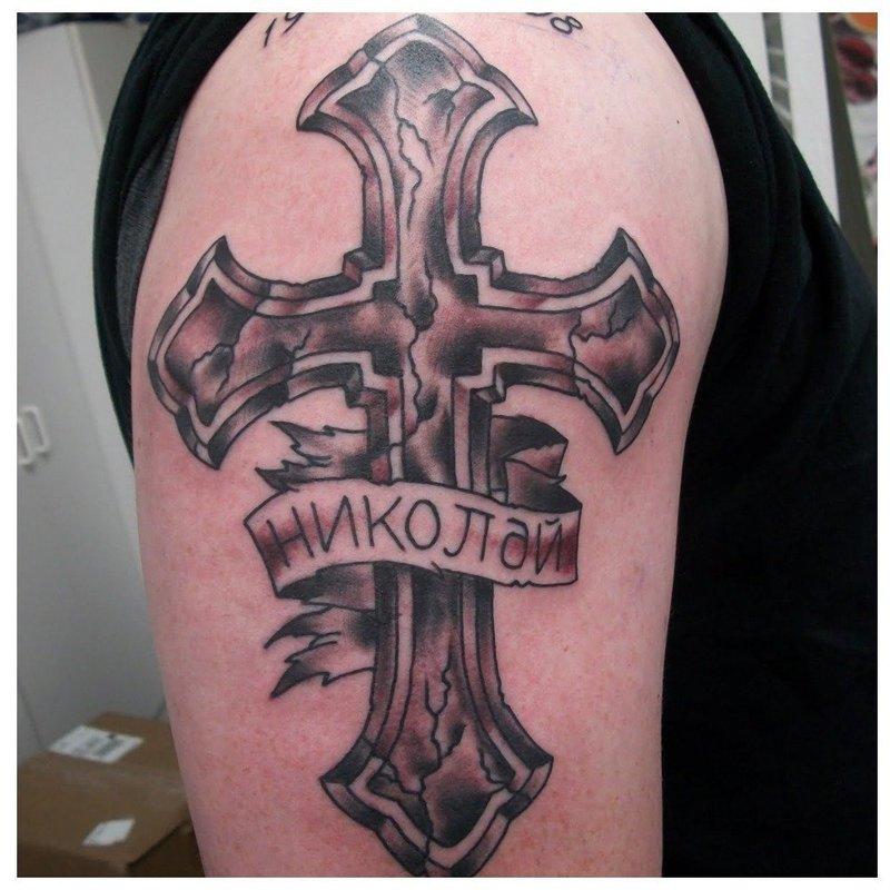 Тату-надпись с именем на кресте