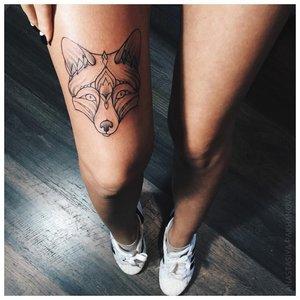 Мордочка волка - тату на ноге у девушки