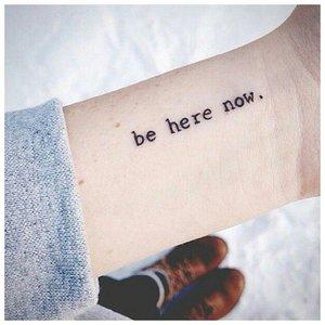 Надпись на запястье - модное тату