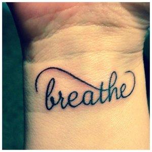 Дыши - надпись для тату на запястье