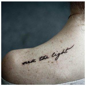 Нежный шрифт для тату на плече