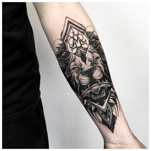 Анималистическая тематика тату на предплечье мужчине