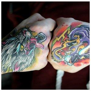 Цветные тату на кулаках