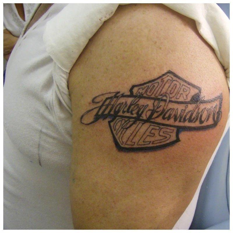 Тату-надпись любимой марки мотоцикла