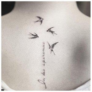 Тату надпись с птичками