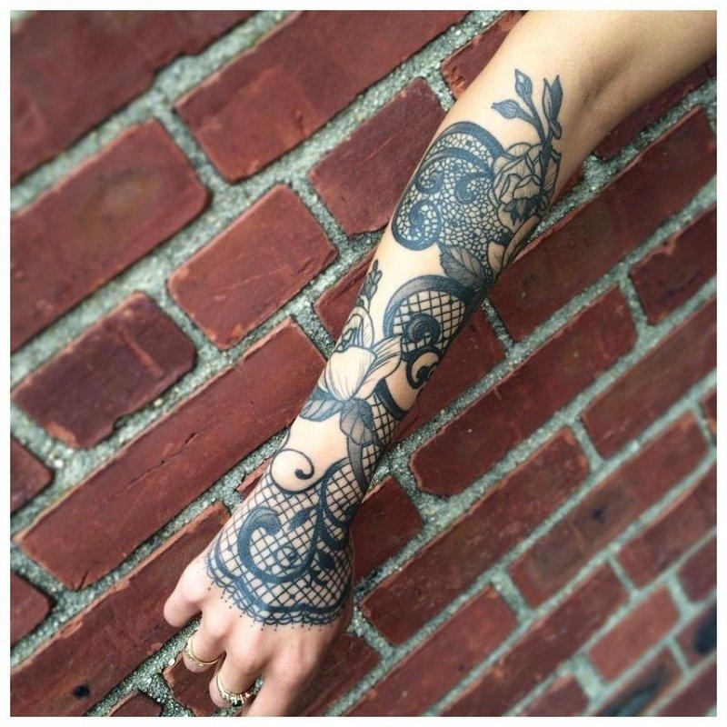 Темное тату на всю руку