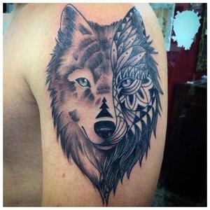 Разные стилистики тату волка на плече