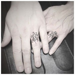 Оригинальное тату на палец