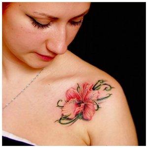 Красивый цветок - тату на ключице