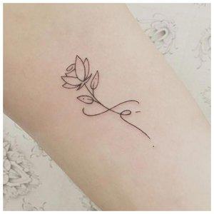 Аккуратный цветок - тату на запястье