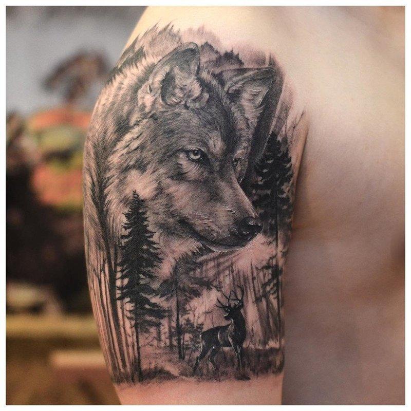 Волк в лесу - тату на плечо мужчине