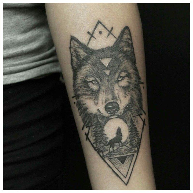 Волк и геометрическая фигура - тату на руке