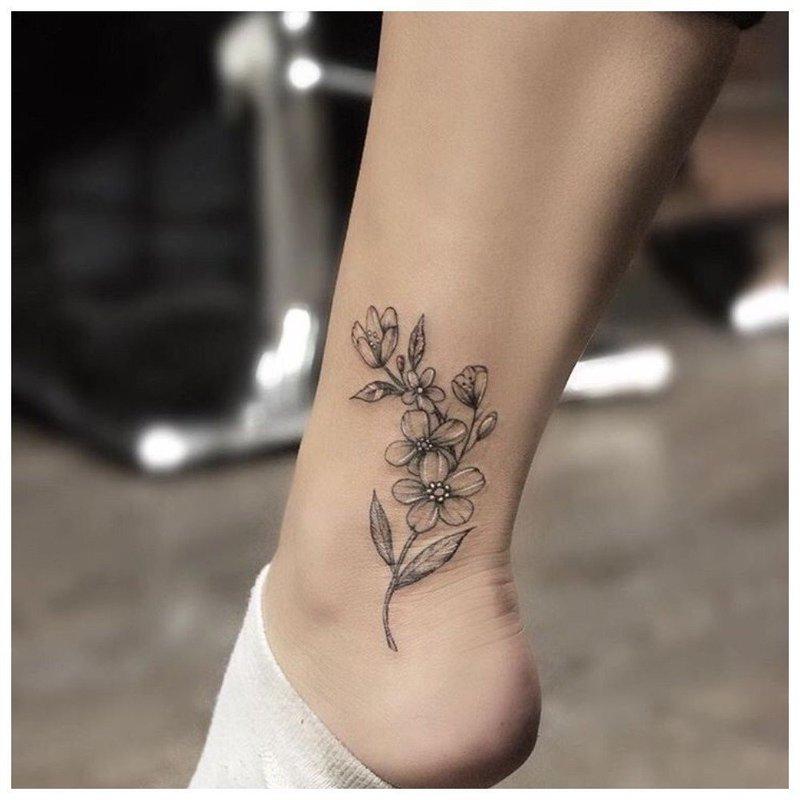 Нежный цветок на щиколотке