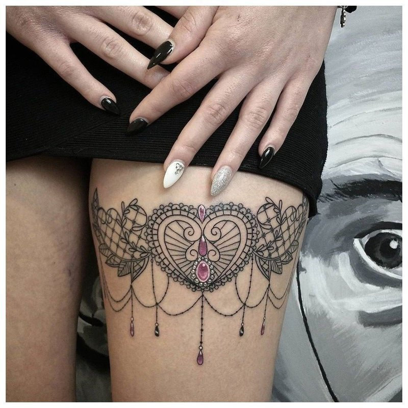 Восточная тематика тату на ноге у девушки