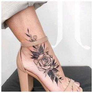 Черно-белая роза на щиколотку