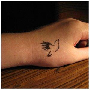 Тату в виде птички на руку