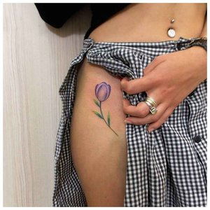 Нежный цветок - тату на бедро