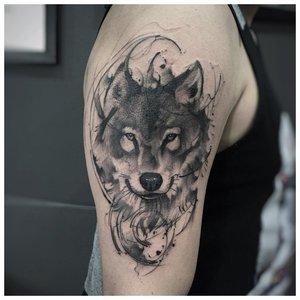 Морда волка - тату мужчине на плечо