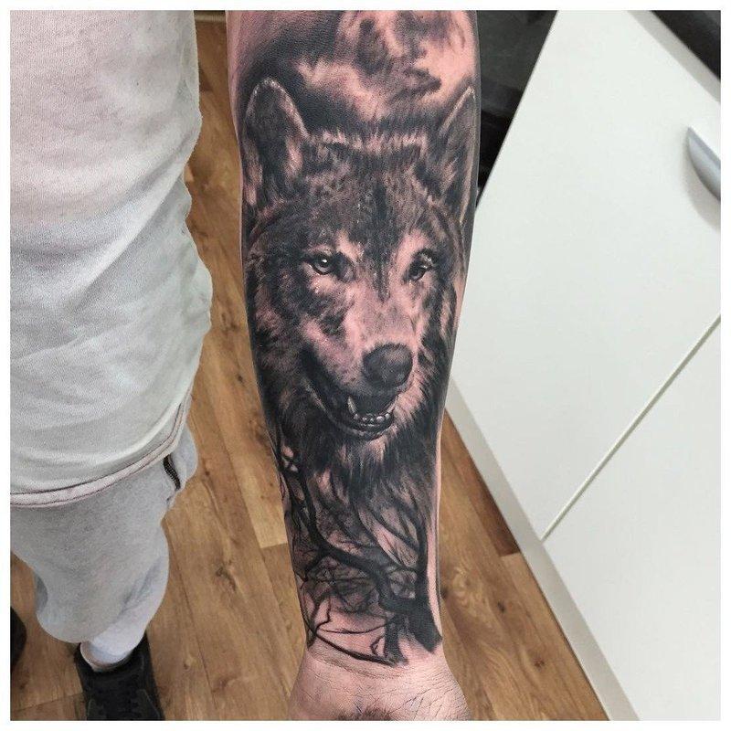 Открытая пасть волка - тату на руке у мужчины