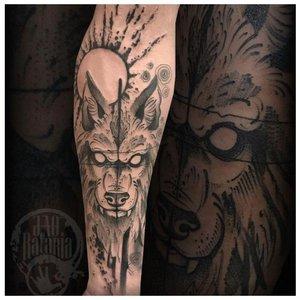 Необычное тату волка у мужчины на руке