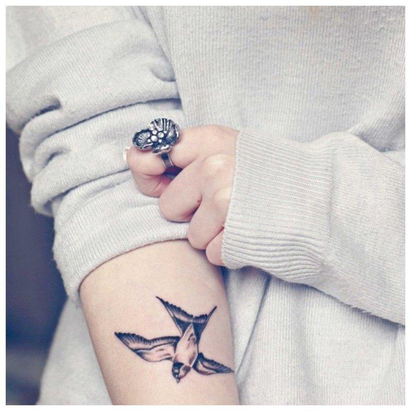 Анималистическое тату на руке у девушки