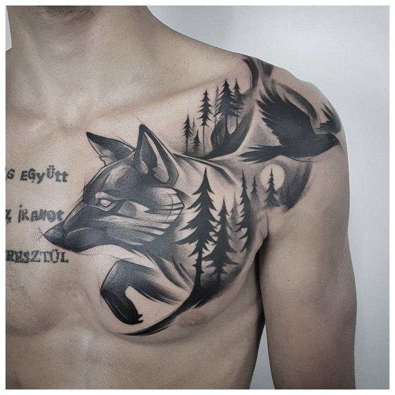 Волк в лесу - тату на груди у мужчины