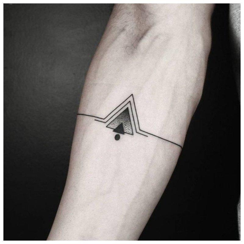 Оригинальное символическое тату на предплечье