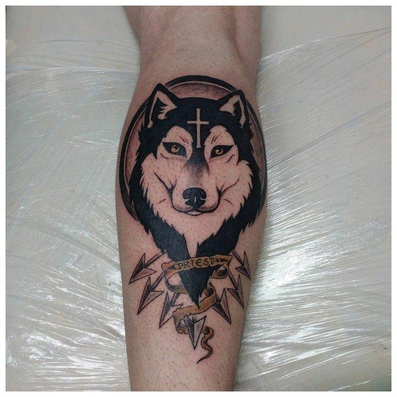 Улыбающийся волк - тату на икре