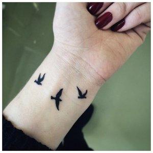 Тату в виде птиц на руке девушки