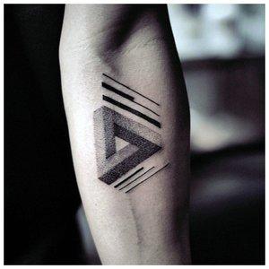 Треугольник - тату для мужчин на предплечье