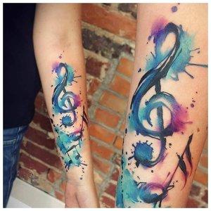 Акварельная тату в виде скрипичного ключа