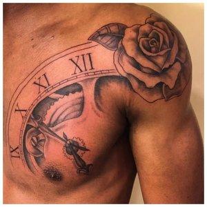 Тату с розой на плече