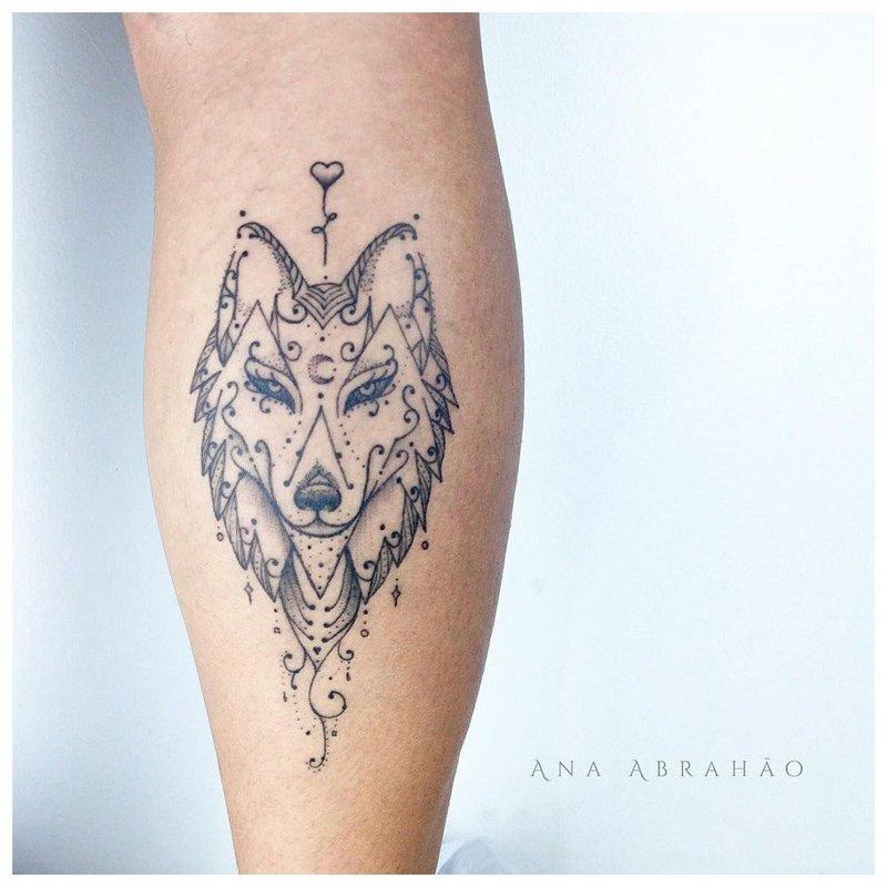 Оригинальное тату волка на икре у мужчины